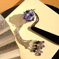 揺れる青紫の帯飾り